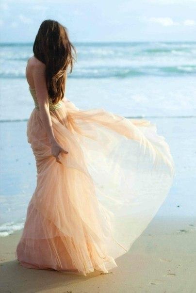 Фото красивых девушек со спины в белом платье